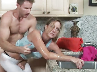 MILF gets say no to hand stuck prevalent the drain, say no to son helps