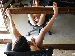 Teen brunette amateur Alyssa masturbates vanguard be required of a mirror