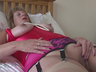 Sensual mature amateur granny Rosemary pounds her pussy alongside fingers