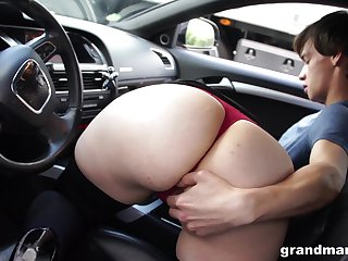 Bootylicious mature woman sucking hitchhiker's cock in the brush car